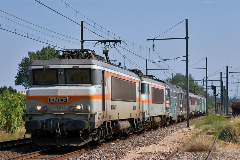 The BB7427 and a engines train at Avignon-Champfleury.