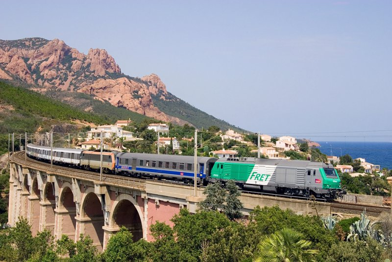 The new BB75000 class with a test train between Marseille and Ventimiglia, on the Anthéor bridge.