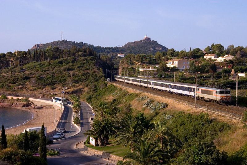 A BB22200 Class and a night-train coming from Hendaye and Cerbère, near Agay.