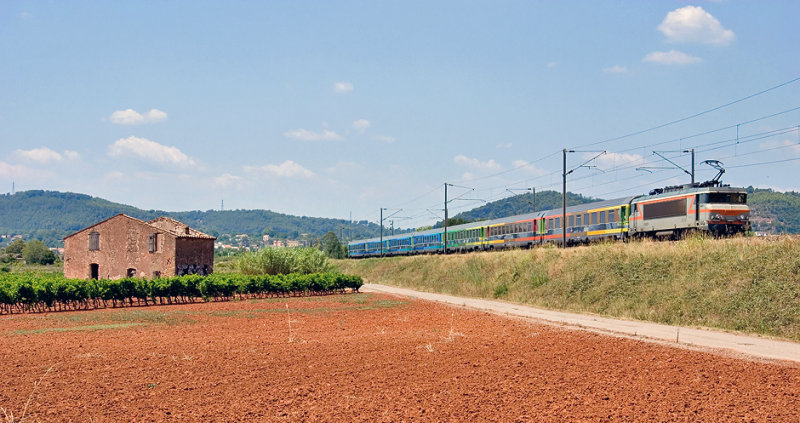 The BB22330 and a Théoz train, near Les Arcs-Draguignan.