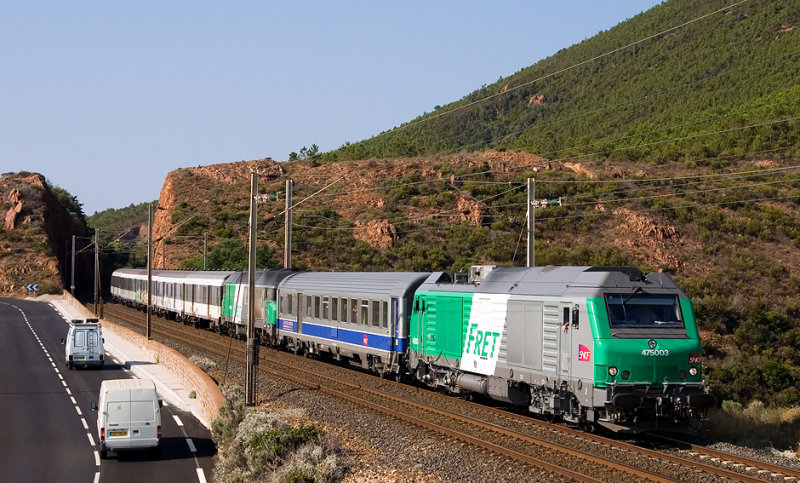 The new BB75000 with a test train between Marseille, Nice and Ventimiglia, near Le Trayas.