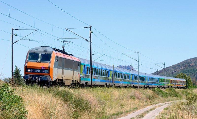 Near Les Arcs-Draguignan, the BB26151 and a Téoz train, heading to Marseille.