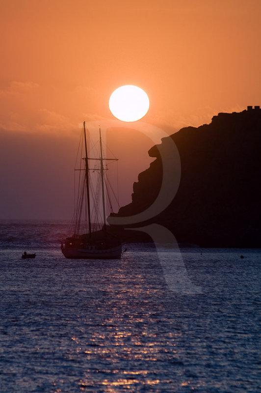 Um Veleiro ao Pôr-do-Sol