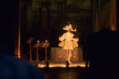 Rusler rundt med en Leica I og havner på utendørs barokk-konsert i pøsregn