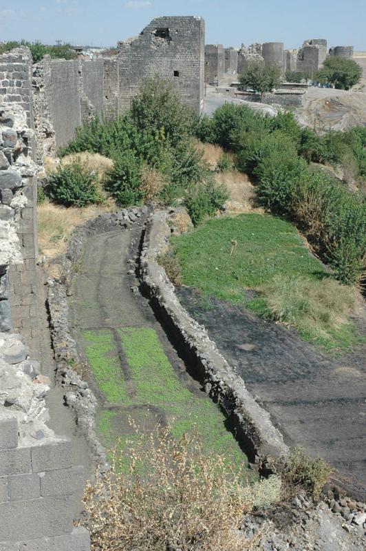 Diyarbakir at wall 3061