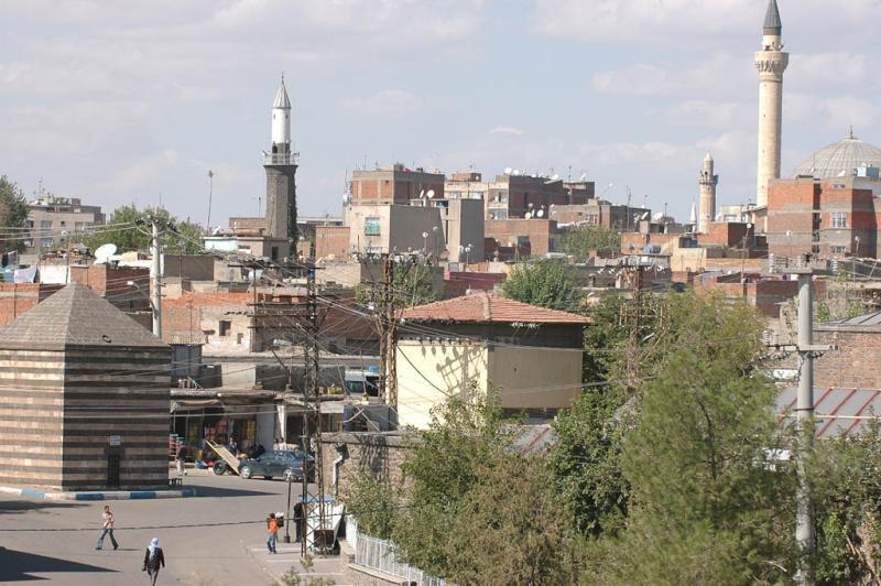 Diyarbakir at wall 3066