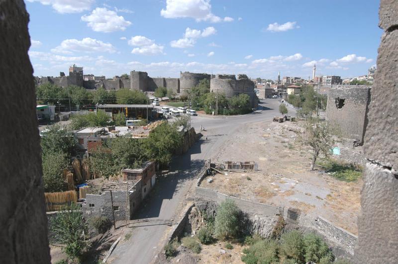 Diyarbakir at wall 3068