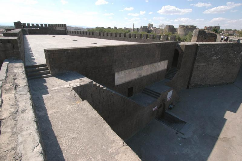 Diyarbakir at wall 3079