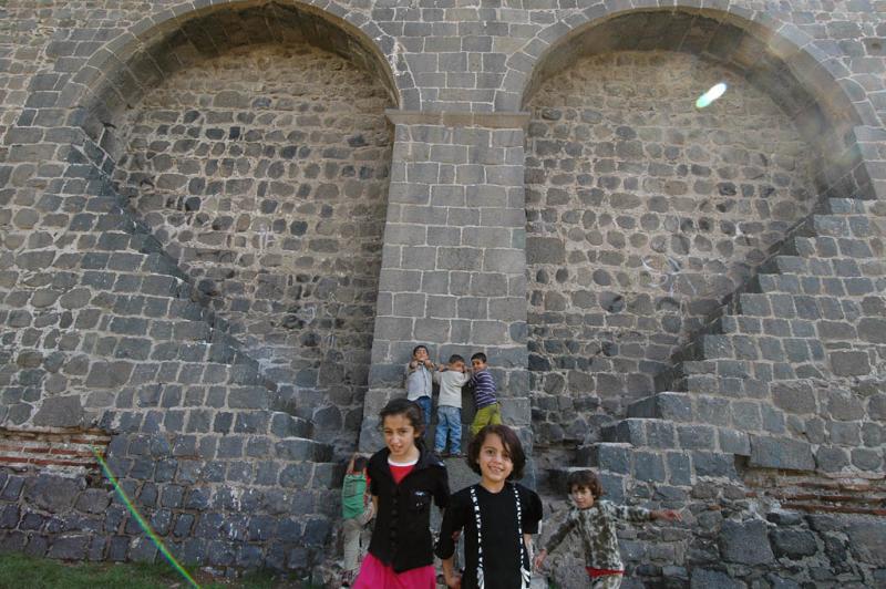 Diyarbakir at wall 3082
