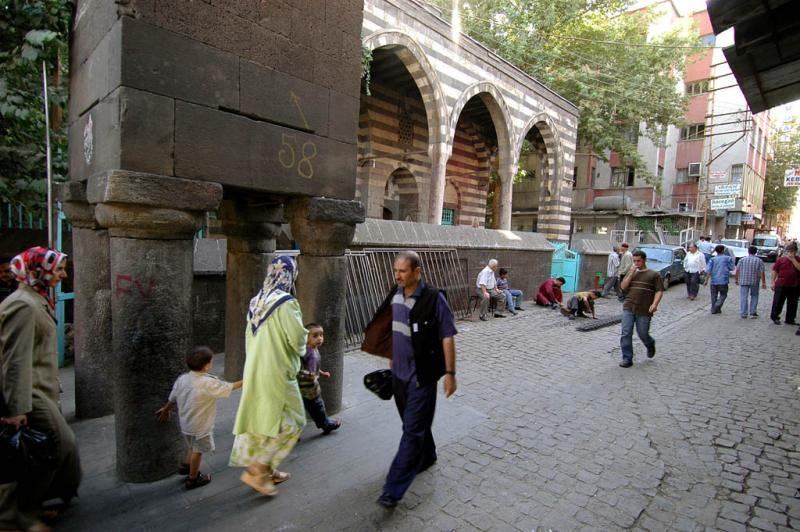 Diyarbakir at four footed minaret 2816.jpg