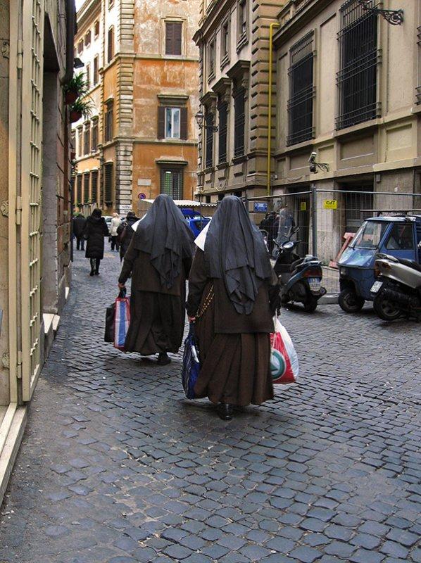 Roman nuns shopping .. 3210