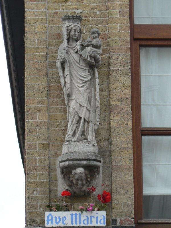 Staande Maria met Kind (koningin) Noordzandstraat 48