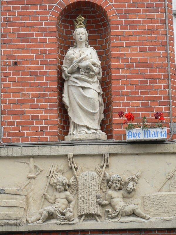 Staande Maria met Kind (koningin) Noordzandstraat 89