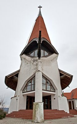 Petőhenye, church by Imre Mavovecz (1999)