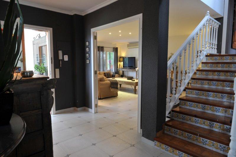 Entree toegang tot woonkamer keuken toilet en trap naar 1e
