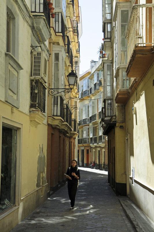 una calle en la sombra