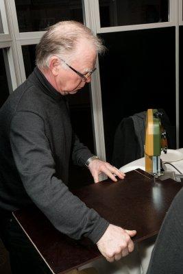 Per Henning demonstrerer den elektriske kontursagen, ny modell av året