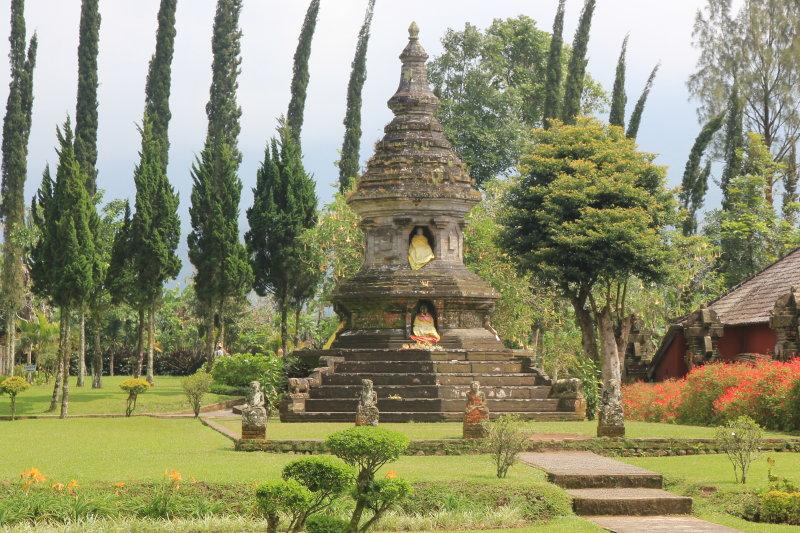 Puru Ulan Danu Bratan. Buddhist stupa in hindu temple