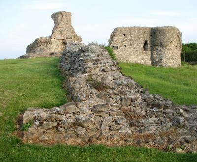 Hadleigh  Castle , bailey  wall.