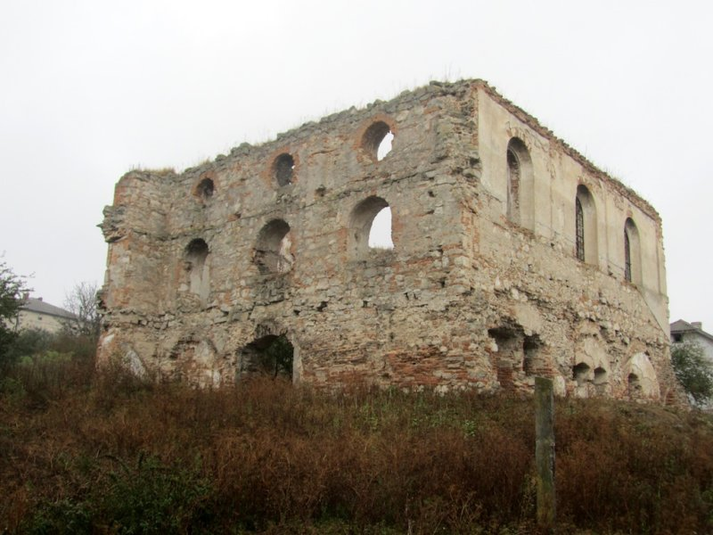 a quick stop in Hrymailiv, to see the ruins of the synagogue there...