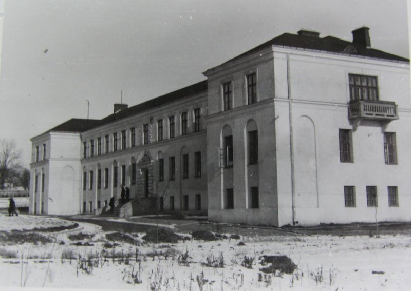 1935/36 photo of the school, then called Marshal Józef Piłsudzki, today Liceum Tadeusza Kosciuszki