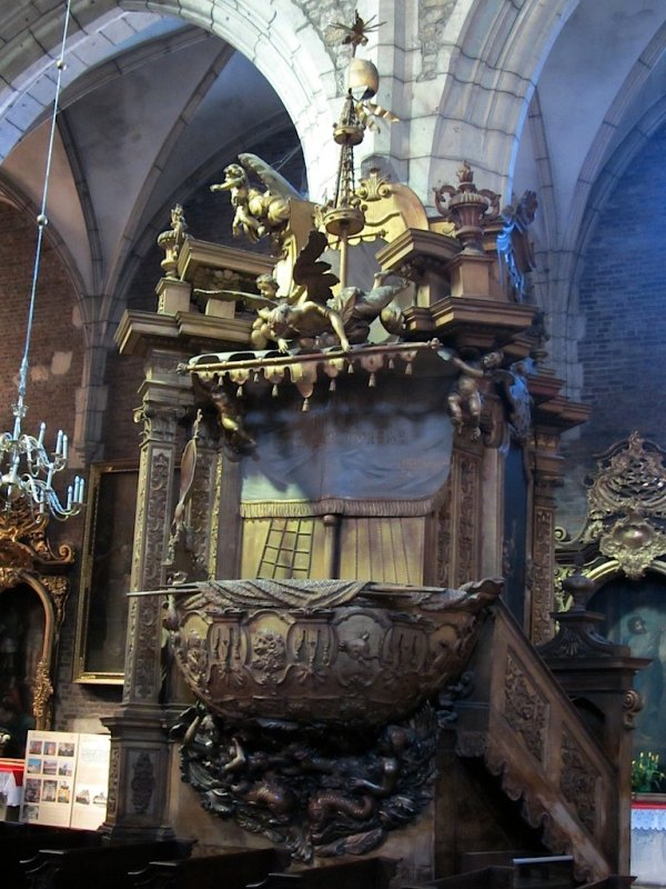 a nautical theme in the pulpit design