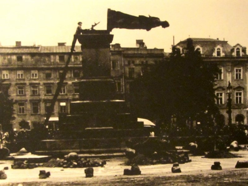 Germans toppling the Mickiewicz monument in the market square