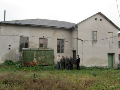 ...who helps us gain access into the former synagogue near Valova street