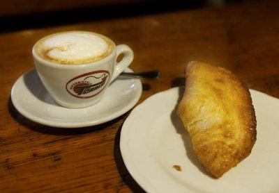 un cappuccino e una sfoglia di mele - Caffe San Rocco