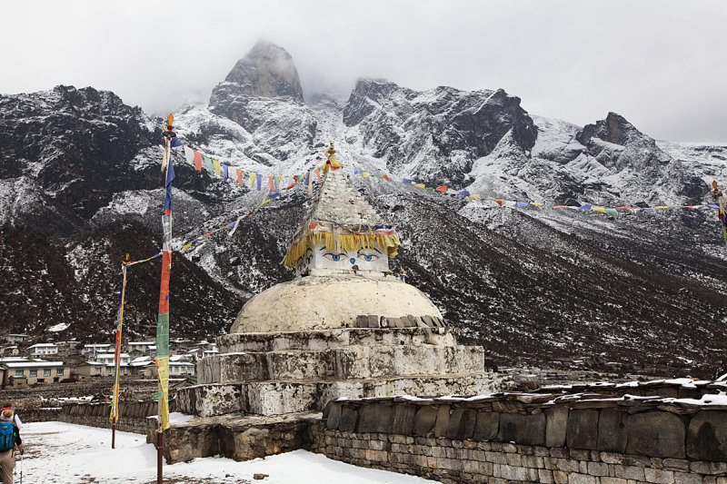 Stupa on the trail to Khunde