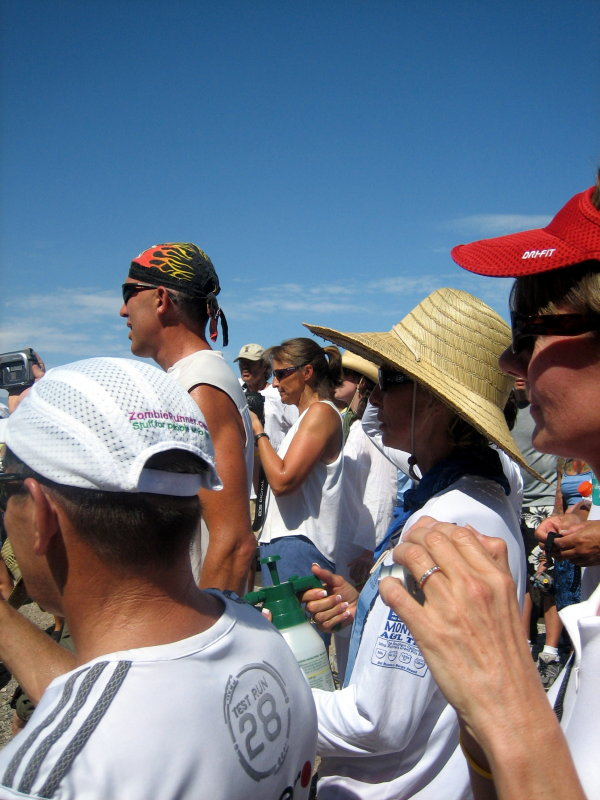 Dori Robertson (center) takes photos of her runner, Dave Bursler