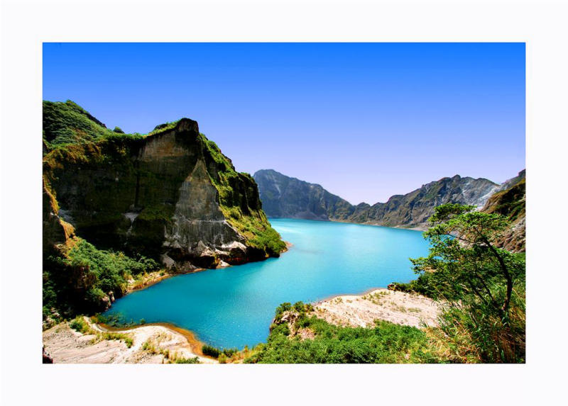 Pinatubo: Rain water has filled the crater and is turquoise only at certain times of the year