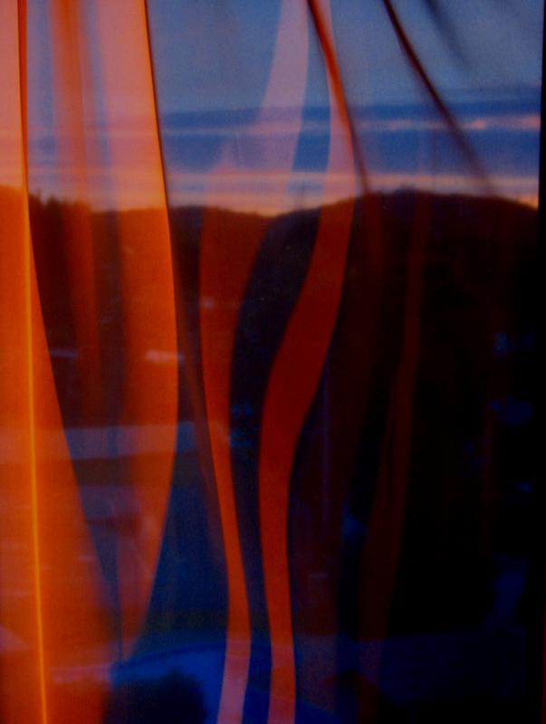 Coucher de soleil à travers les rideaux