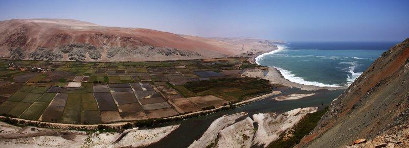 Coast of the Pacific ocean between Arequipa and Nasca - Peru (Panorama 63ok.jpg)