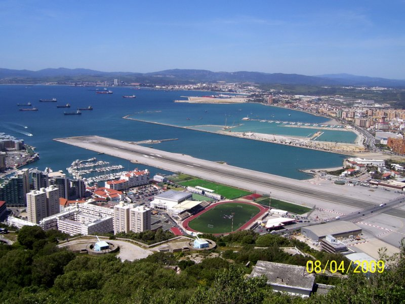 pas startowy biegnie dokladnie w poprzek Gibraltaru