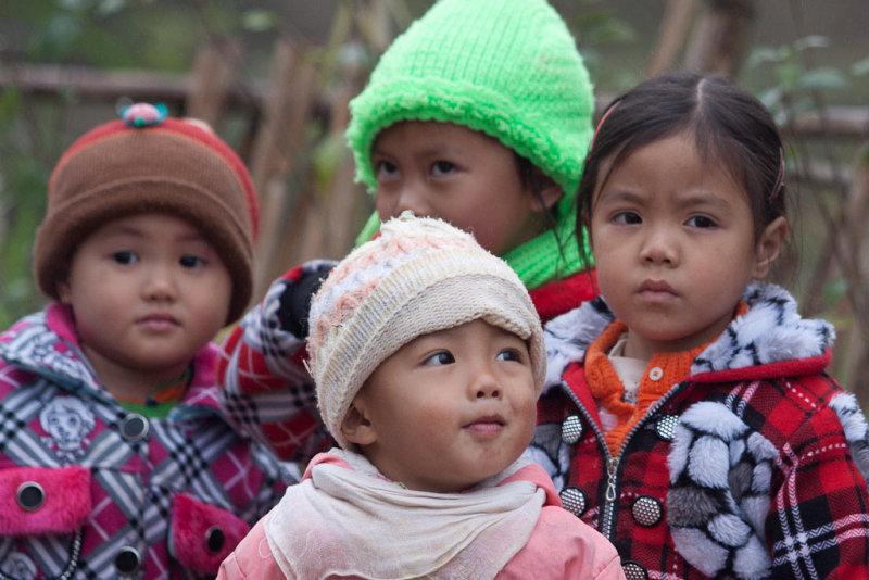 Children along the way to Sa Pa