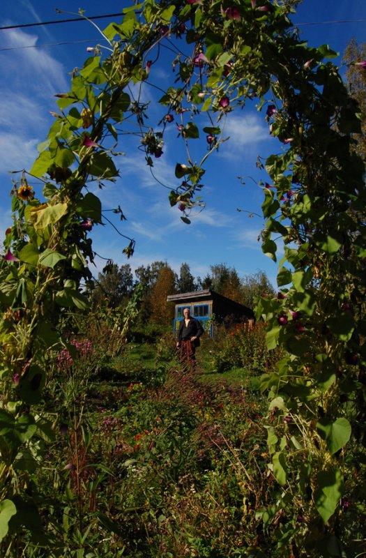 Knud in the garden in Sölje