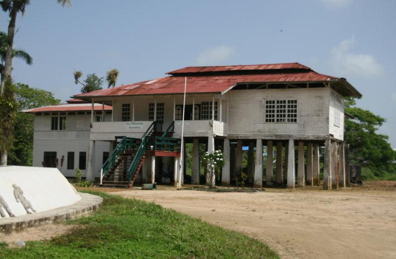 The former office of the plantation/factory.  -  Vroeger  het kantoor van de plantage/fabriek