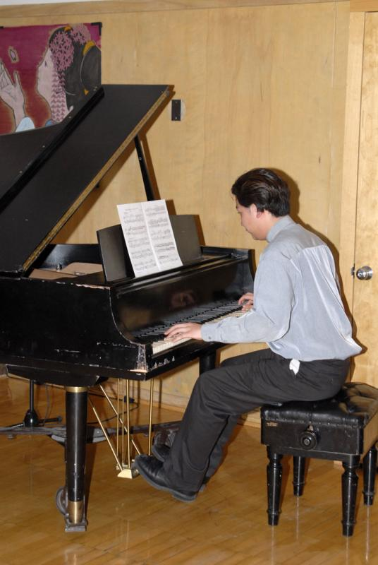 Pianist playing Sakura 2006 _DSC0124.jpg
