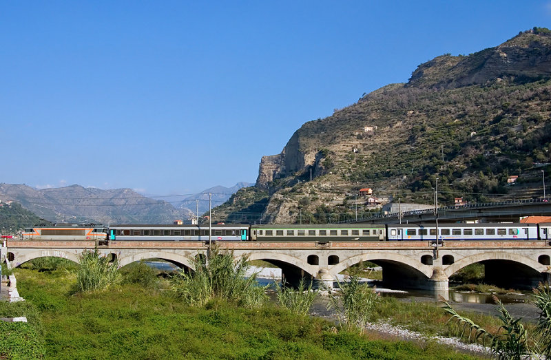 The BB22395 is leaving Ventimiglia (Italia), heading to Nice and Marseille.