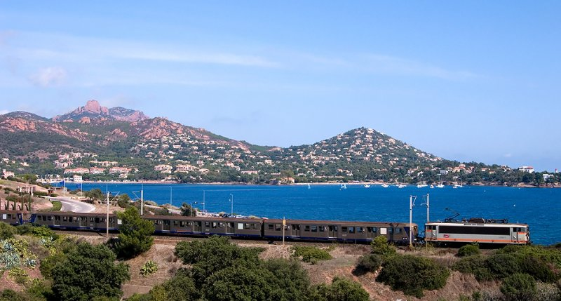 The BB25677 and a Regional train near Agay and Le Dramont.