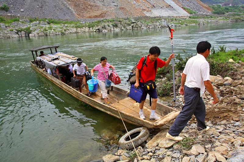 1710 Arriving in Caiyuan Village after crossing the Qingshuijiang River.