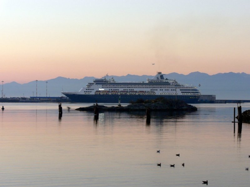 Cruise ship in the early morning light at Victoria harbour