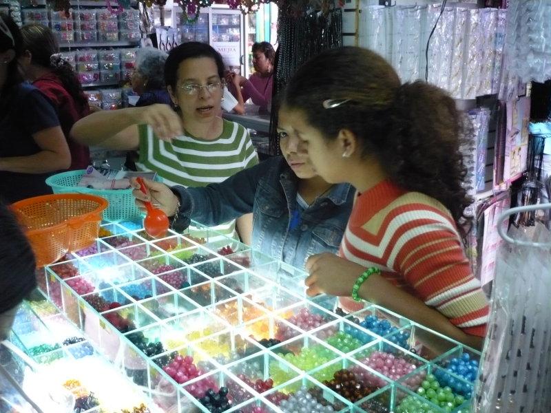 Comprando chucherías para hacer prendas, esto fue en el mercado de Piura.