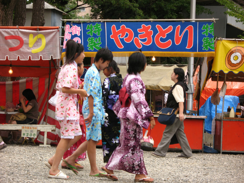 Yukata-clad girls and yakitori stall