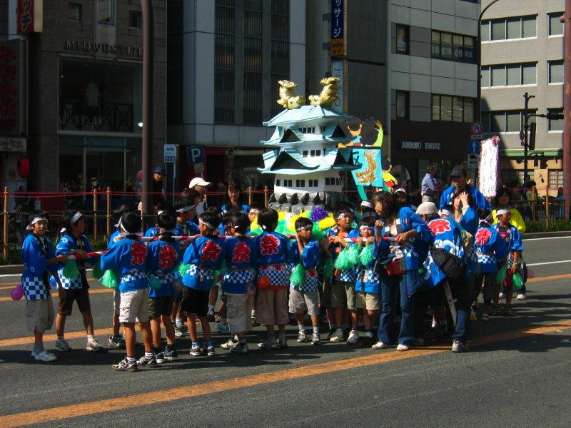 Children with Nagoya castle model