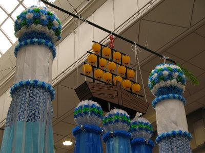 Paper lanterns and fukinagashi
