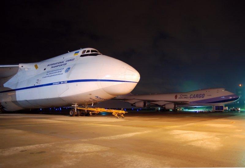 Antonov Design Bureau AN-124-100 (UR-82072) & China Airlines Boeing 747-400 (B-18706)