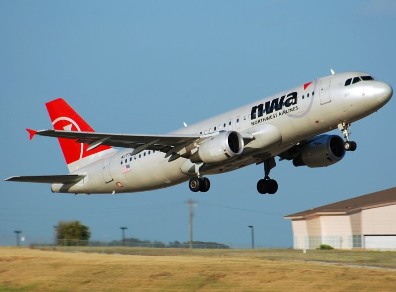 Northwest Airlines Airbus A320-212 (N377NW)