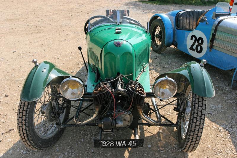 Deux voitures anciennes, lune à 3 roues date de 1930, et lautre de 1933